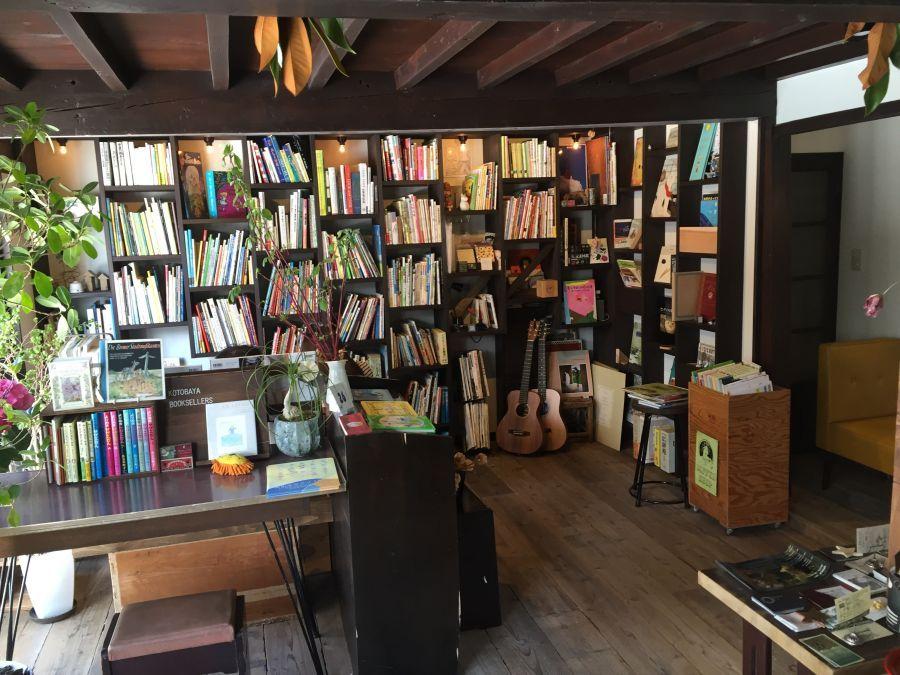コトバヤ:古本に囲まれたウッディで落ち着きのある暖かな雰囲気のブックカフェ(長野県上田市)